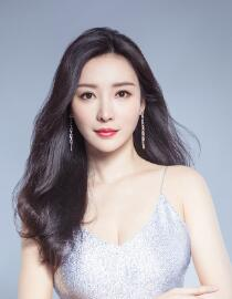 Liu Yan won the queen's prize for her stunning silver gown, which she won for her sexy and elegant portrait.