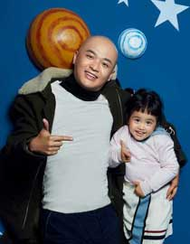 Bao bei'er, together with jiaozi, makes a fashion magazine with a tacit understanding between father and daughter.