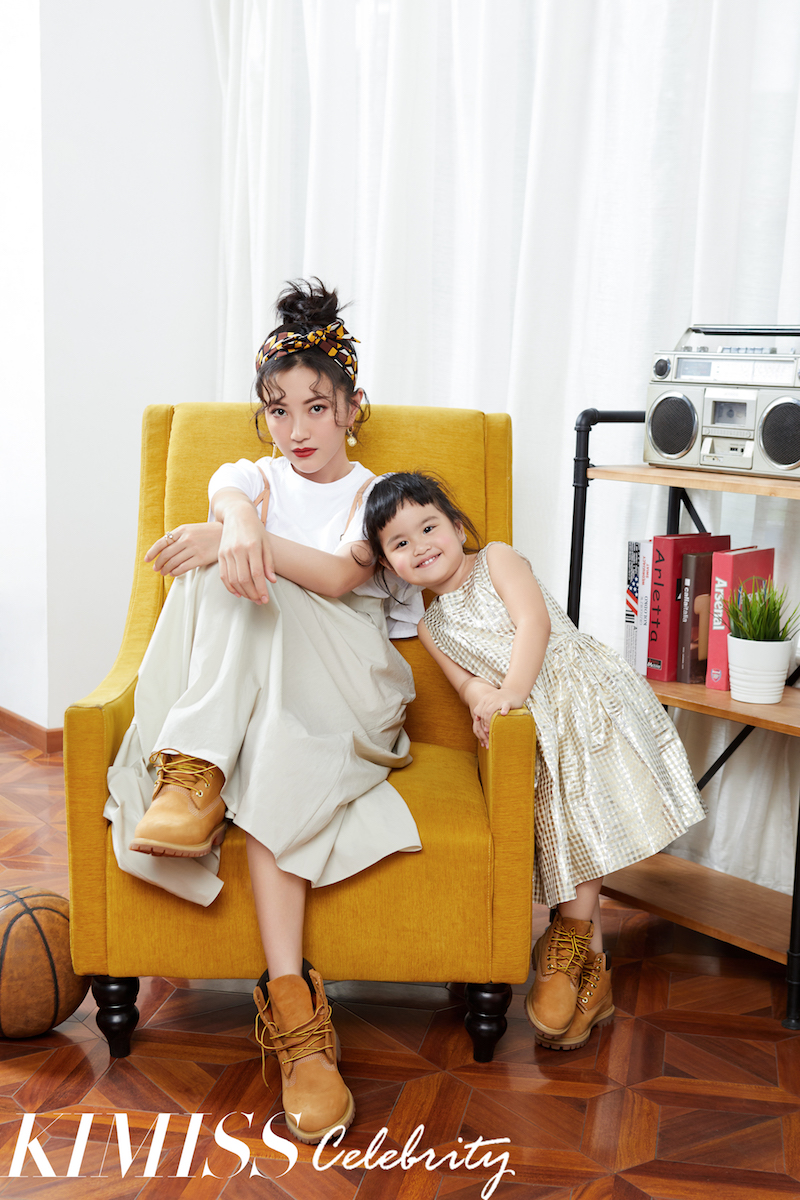 Wenjing bao takes her daughter to shoot a fashion movie to show the little beauty of a girl's friends