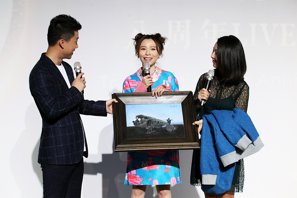 "Huang Yali' Received the ""Almighty Artist"" Award"