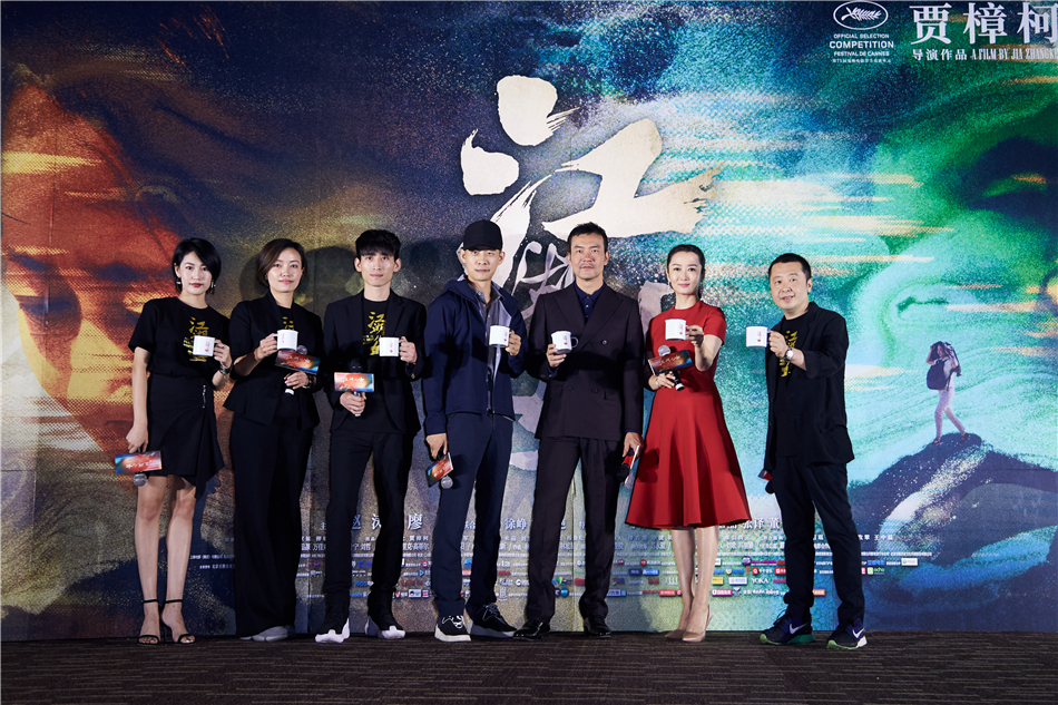 Liao fan joins hands with the audience at the premiere of' sons and daughters