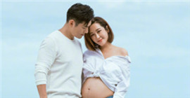 Ruoxi Du's pregnancy exposure Yikuan Yan deeply kisses his wife's pregnant belly