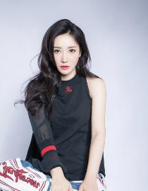 Liu yan' has three cool black fashion clothes that combine photo and motion with 'crystal
