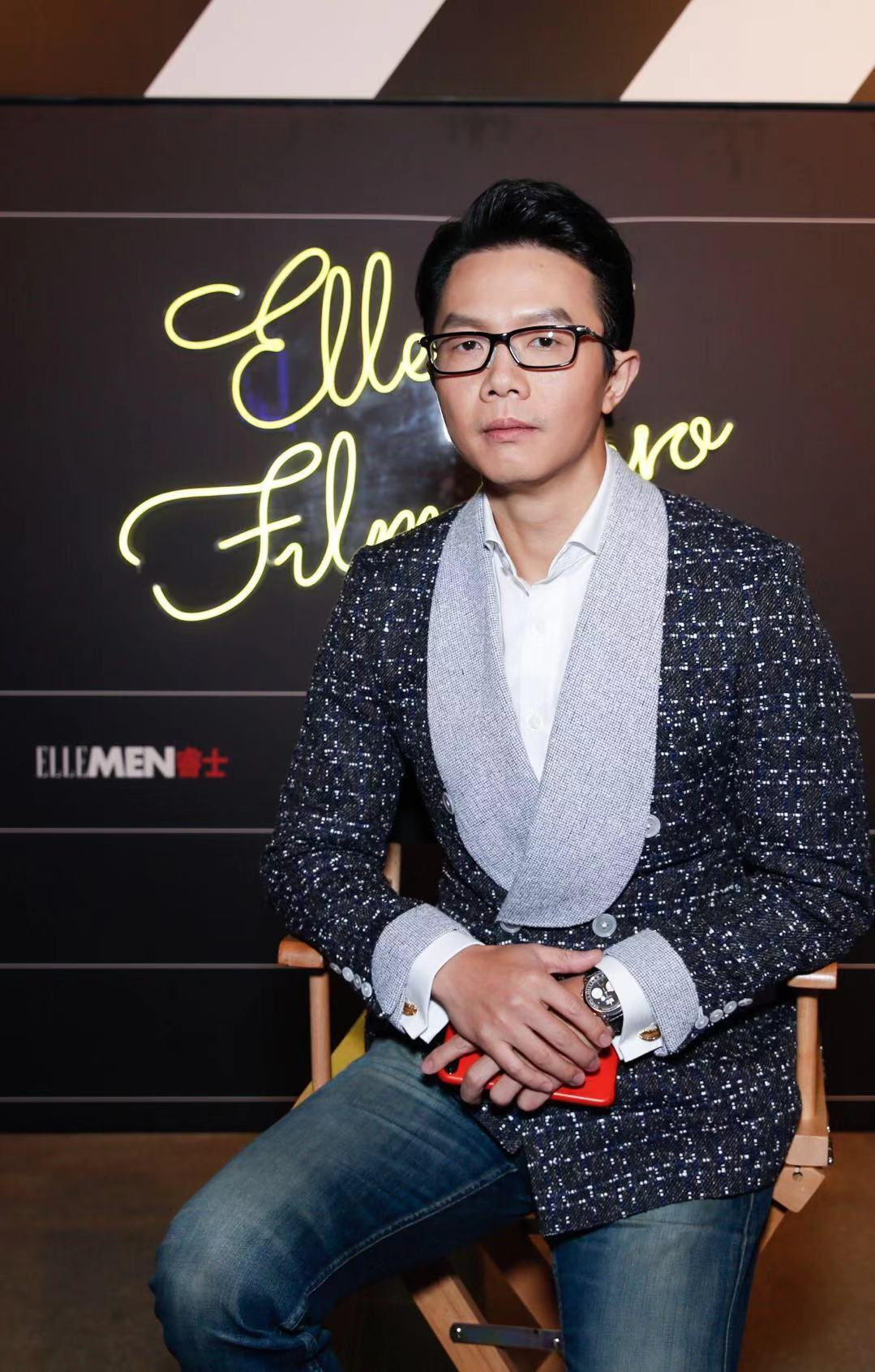 "Famous writer jiangnan acted as the judge of the ""film hero"" ceremony and presented awards to the behind-the-scenes workers"