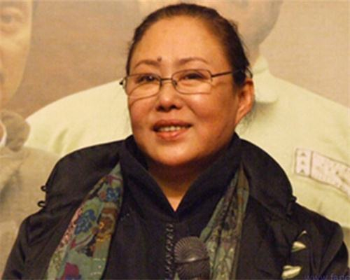 Siqin gaowa, who has been playing the leading role in the entertainment industry for decades, is now crying for her mother in a wheelchair.