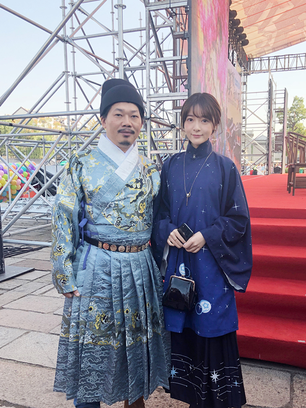 Xu jiao attended the event in a dark blue han dress with a delicate and ancient style.