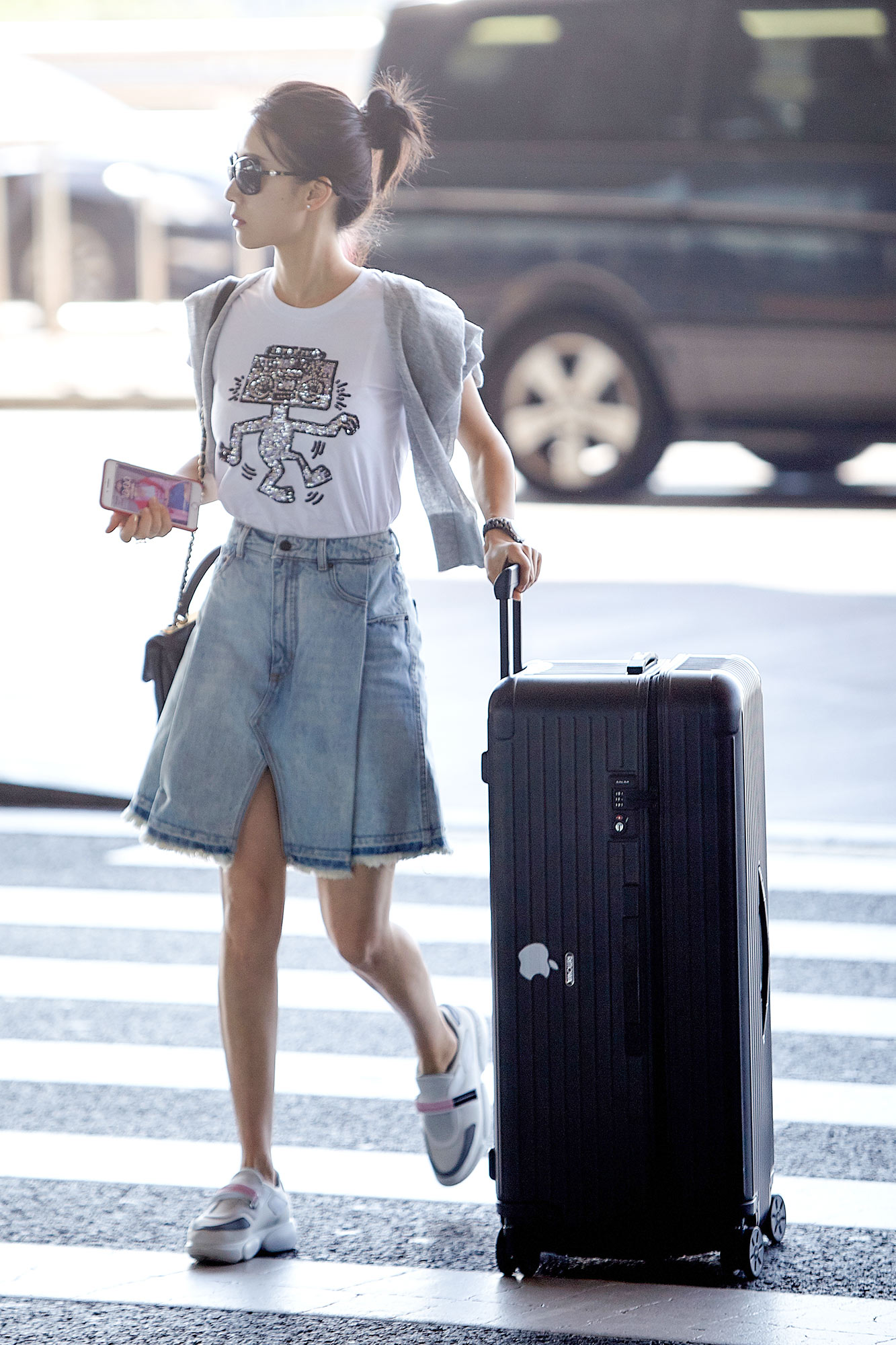 Nian li airport travel ball head to show the denim skirt white t clear and beautiful legs to attract the eyes